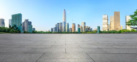 pavimento quadrato vuoto e panorama dell'orizzonte della città moderna a Shenzhen, Cina Archivio Fotografico