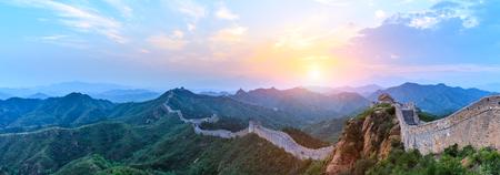 La grande muraglia cinese all'alba, vista panoramica
