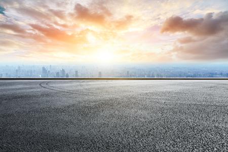 Panoramiczna panorama i budynki z pustą drogą wyścigową Zdjęcie Seryjne