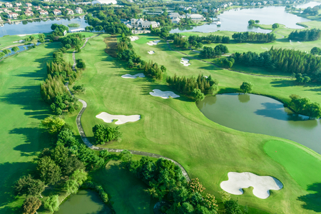 Luchtfoto van bos en golfbaan met meer