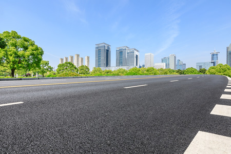 Vías urbanas y modernos edificios comerciales en Shanghai
