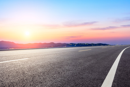 Asphalt road and mountain nature landscape at sunset 版權商用圖片