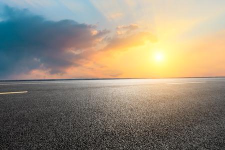 Empty asphalt road and sky clouds at sunset 版權商用圖片