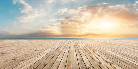 Houten vloerplatform en blauwe zee met hemelachtergrond Stockfoto