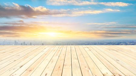 Horizon de ville de Changhaï et plate-forme en bois avec de beaux paysages de nuages au coucher du soleil Banque d'images