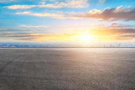 El horizonte de la ciudad de Shanghai y el paisaje terrestre de la pista de carreras de asfalto al amanecer.