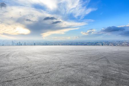 Horizon de ville de Changhaï et paysage au sol de piste de course d'asphalte, vue élevée d'angle Banque d'images