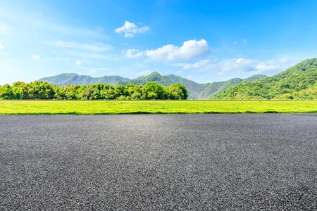 Camino rural y paisaje natural de montañas verdes bajo el cielo azul