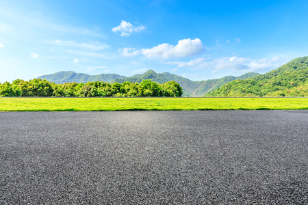 Strada campestre e paesaggio naturale delle montagne verdi sotto il cielo blu