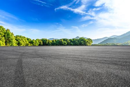 Pista de carreras de asfalto vacía y hermoso paisaje natural