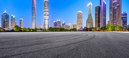 Pista asfaltata terra e skyline moderno ed edifici a Shanghai di notte,vista panoramica