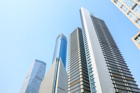 vista ad angolo basso dei grattacieli di Shanghai, Cina