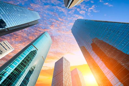 Flachwinkelansicht von Wolkenkratzern in Shanghai, China
