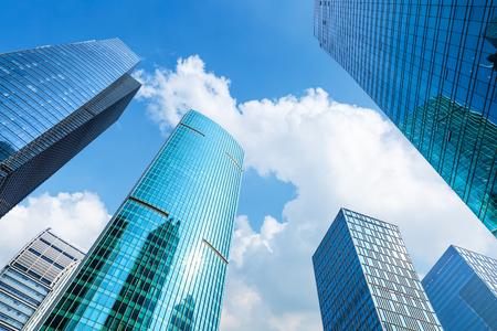 Flachwinkelansicht von Wolkenkratzern in Shanghai, China Standard-Bild