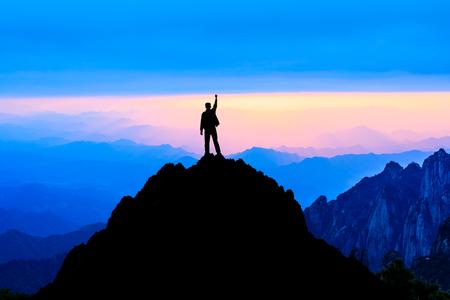 Glücklicher Mann posiert Triumphgeste mit Händen in der Luft, konzeptionelle Szene