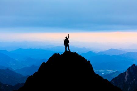 Gelukkig man poseren gebaar van triomf met handen in de lucht, conceptuele scène Stockfoto