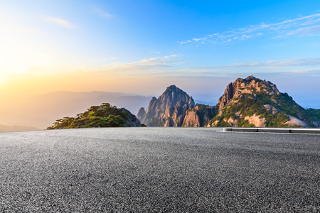 Asfaltweg en prachtige huangshan bergen natuur landschap bij zonsopgang Stockfoto