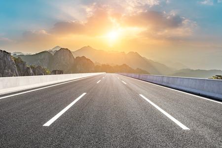 Asfalt snelweg weg en prachtige huangshan bergen natuur landschap bij zonsopgang Stockfoto