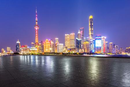 Horizonte de Shanghai y rascacielos de la ciudad moderna con piso vacío en la noche, China