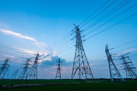 Torre de alta tensión con puesta de sol