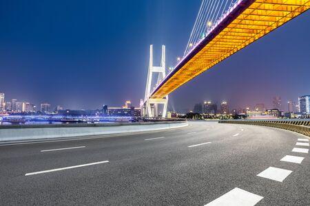 Shanghai Nanpu-Brücke und Asphaltstraßenlandschaft nachts, China