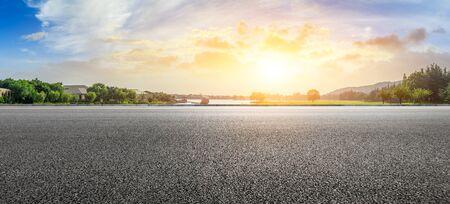 Carretera de asfalto vacía y hermosos paisajes naturales en el parque de la ciudad
