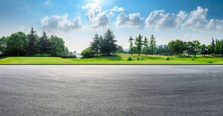 Pista de carreras de asfalto y bosque verde paisaje natural en verano Foto de archivo