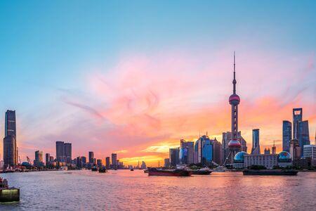 Panoramę Szanghaju i nowoczesne budynki o wschodzie słońca, Chiny. Zdjęcie Seryjne