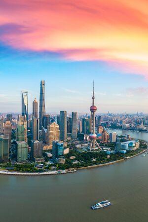 Vista aérea del horizonte de Shanghai al atardecer, China.