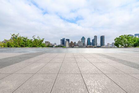 Horizon de Shanghai et sol carré vide dans le parc de la ville Banque d'images