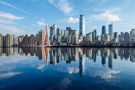 Chongqing-Skyline und moderne städtische Wolkenkratzer mit Wasserreflexion, China.