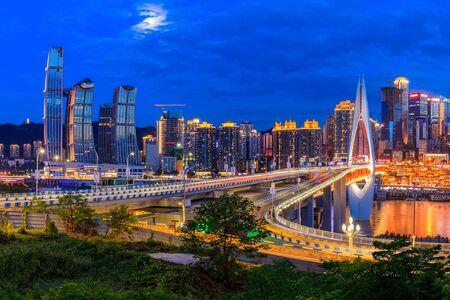 Piękny pejzaż i nowoczesna architektura w chongqing w nocy, Chiny. Zdjęcie Seryjne