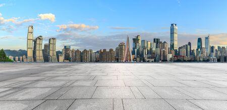 Piso cuadrado vacío y paisaje urbano con edificios en Chongqing al atardecer, China. Foto de archivo