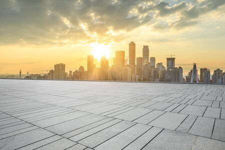 Pavimento quadrato vuoto e skyline della città moderna a Chongqing al tramonto, Cina. Archivio Fotografico