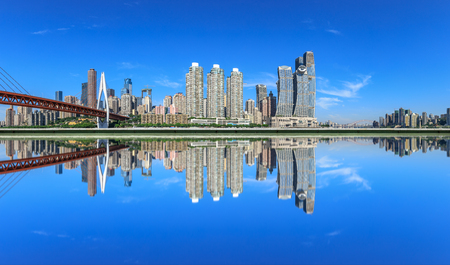 Moderne Finanzviertelgebäude und Reflexionen im Wasser, Chongqing, China.