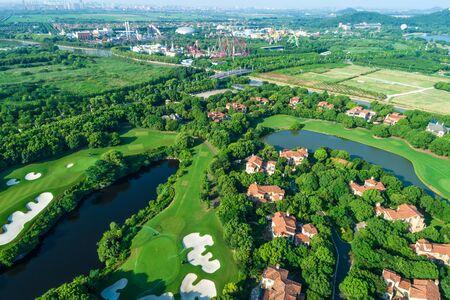 Vue aérienne d'un beau parcours de golf vert. vue grand angle.