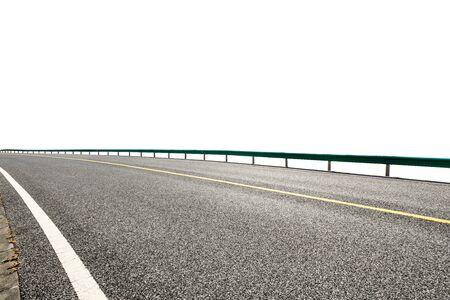 Carretera de asfalto vacía carretera tierra y fondo blanco.