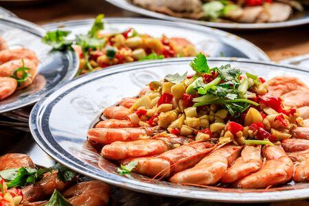 Pyszne chińskie jedzenie gotowane krewetki z kolendrą, czosnkiem i chili