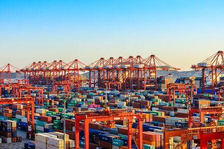 Shanghai, Chine - 15 novembre 2019 : Shanghai Yangshan Deepwater Port Container Cargo Terminal, Shanghai est devenu l'un des plus grands ports à conteneurs au monde.