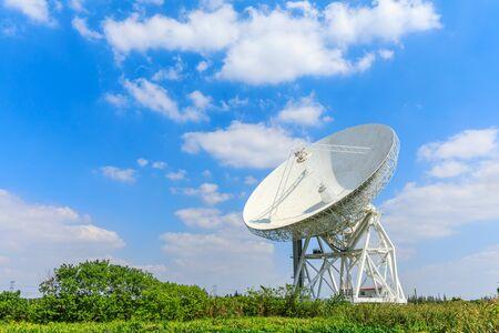 Radiotelescopio del observatorio bajo el cielo azul en Shanghai.