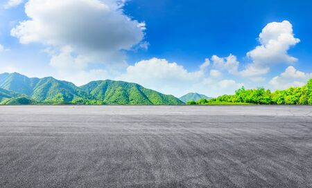 Race track road and green tea mountain on a sunny day Stockfoto