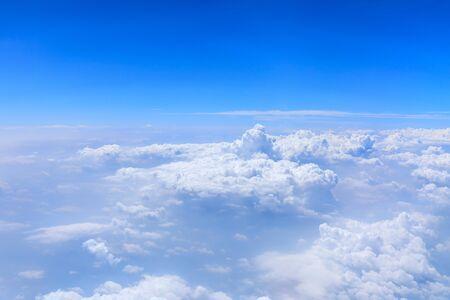 Vista del horizonte por encima de las nubes desde el avión, paisaje de nubes del cielo.