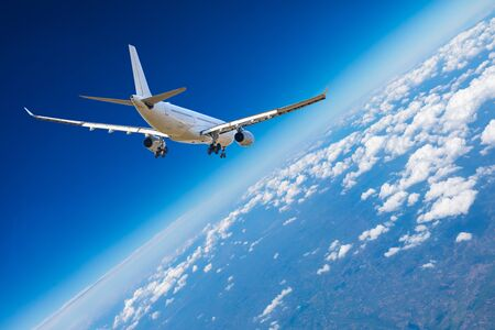 Avion commercial volant au-dessus des nuages, concept de voyage. Banque d'images