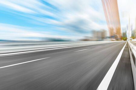 Sich schnell bewegender Asphaltstraßen- und Brückenhintergrund.