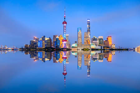 Beautiful Shanghai skyline and buildings at night, China. Standard-Bild