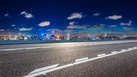 Empty asphalt road and Shanghai skyline with buildings at night. 版權商用圖片