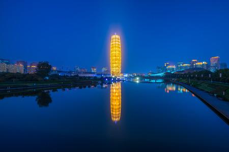 El gran edificio de maíz de zhengzhou en la noche.