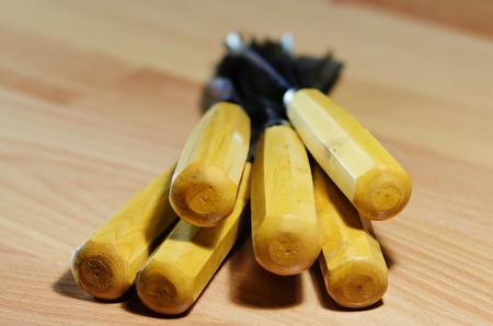 herramientas de carpinteria: Herramientas de carpinter�a antiguos en una mesa de madera Foto de archivo