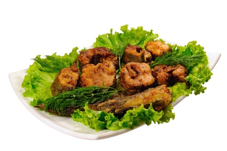 lota: Pescado frito (Lota) sobre lechuga aislado en un fondo blanco  Foto de archivo