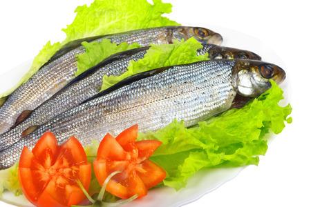 grayling: Salado pescado fresco - Grayling en un plato con verduras Foto de archivo